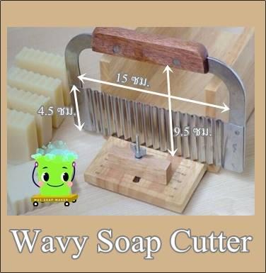 WAVY SOAP CUTTERแผ่นตัดสบู่แบบหยัก ด้ามไม้ หน้ากว้าง 15 ซม.