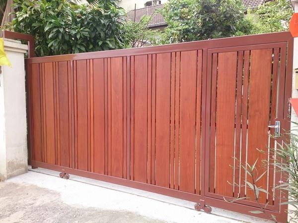 รับติดตั้งประตูรั้วเหล็กผสมไม้แดง0052