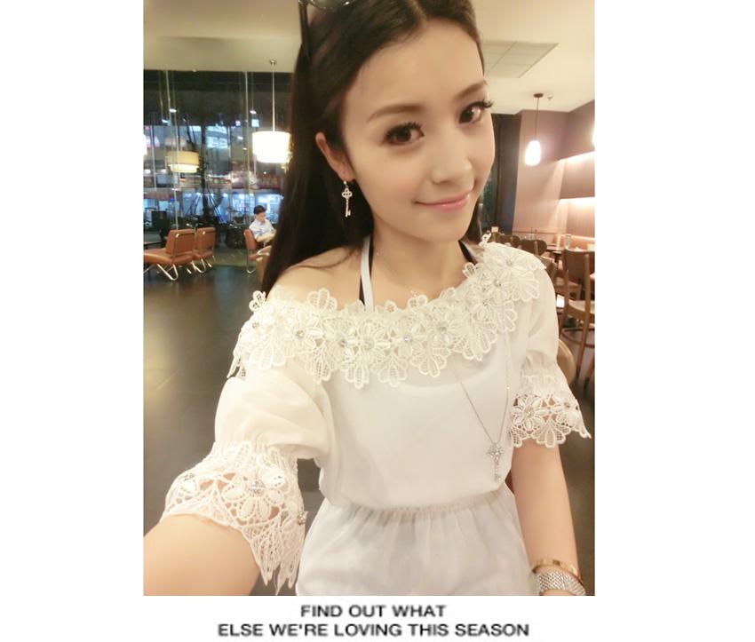 เสื้อผ้าแฟชั่นสีขาวแขนสามส่วนแต่งผ้าลูกไม้ลายดอกพร้อมติดเพรชเก๋เชียวค่ะ