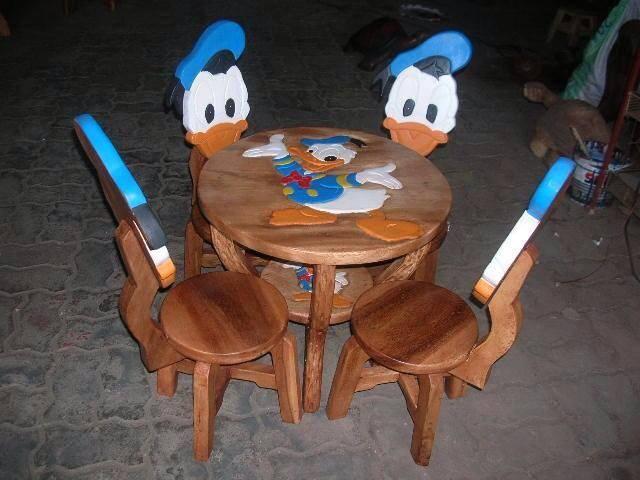 ลายโดนัลดักส์ รุ่นมีพนักพิง โต๊ะ ขนาด 18*20 นิ้ว จำนวน 1 ตัว เก้าอี้ ขนาด 10*10 นิ้ว จำนวน 4 ตัว ผลิตจากไม้จามจุรี รับน้ำหนักได้ถึง 70 กก.