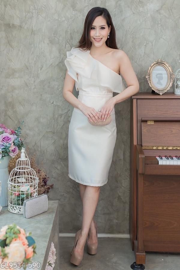 (S) ชุดไปงานแต่งงาน ชุดไปงานแต่งสีครีม Set เสื้อบ่าเฉียง มีดีเทลที่ตัวเสื้อแต่งระบายด้วยผ้าออแกนดี้อย่างดี ด้านในเย็บซับในทั้งตัว มาพร้อมกระโปรงผ้าไหมสีพื้น ทางร้านใช้ผ้าไหมอย่างดีเกรดพรีเมี่ยม