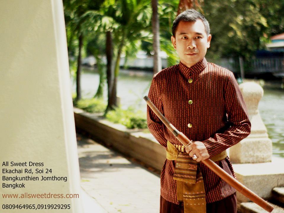 ชุดท่านหมื่นโทนสีน้ำตาลแดงมือถือดาบไทยโบราณกับผ้าคาดน้ำตาลสวยๆ โจงกระเบนฝ้ายสีน้ำตาลเข้ม ดูสุขุม มาดเท่ห์ แบบต้นฉบับที่ลงตัวของร้านเช่าชุดไทย allsweetdress ฝั่งธน