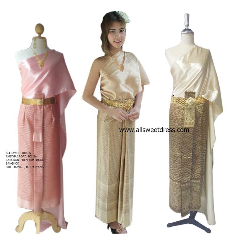 ชุดไทยสไบเรียบหรูหราแบบ Thai Traditional รัชการที่ 4 พร้อมผ้าถุงยาวผ้าลายไทยเนื้อดีหรูหราในโทนสีชมพู สีครีม สีทอง ของ allsweetdress ใส่เป็นเพื่อนเจ้าสาวพิธีเช้าแบบยกแก็งค์ในงานแต่งงานพิธีเช้า มีไว้ให้บริการลูกค้าย่านฝั่งธนได้เลือกสรรค์หลากหลายสีเชียวค่ะ