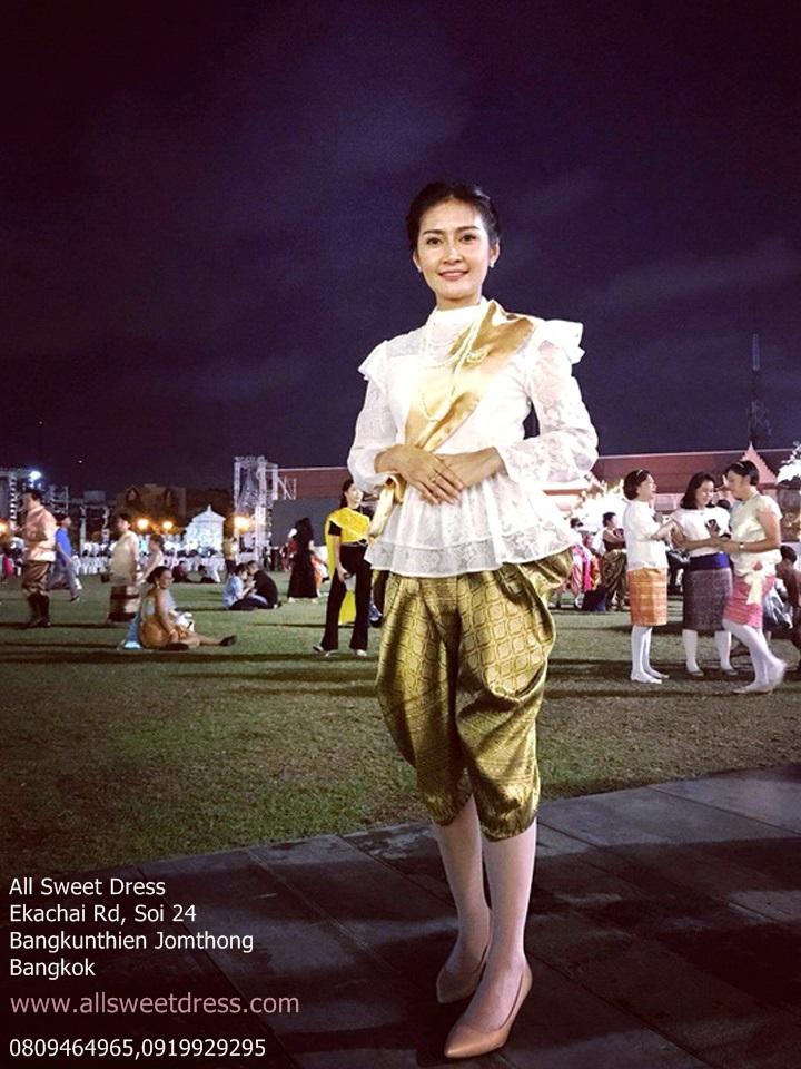 รีวิวชุดไทยรัชการลที่ 5 แบบเสื้อลูกไม้แขนยาวสวยหรู ใส่โจงกระเบนสีทอง พร้อมสายสะพายผ้าคาดสีทองงดงาม จากสารวัตรสาวสวย สน บางขุนเทียนที่มาใช้บริการเช่าชุดไทยของ allsweetdress ฝั่งธนค่ะ