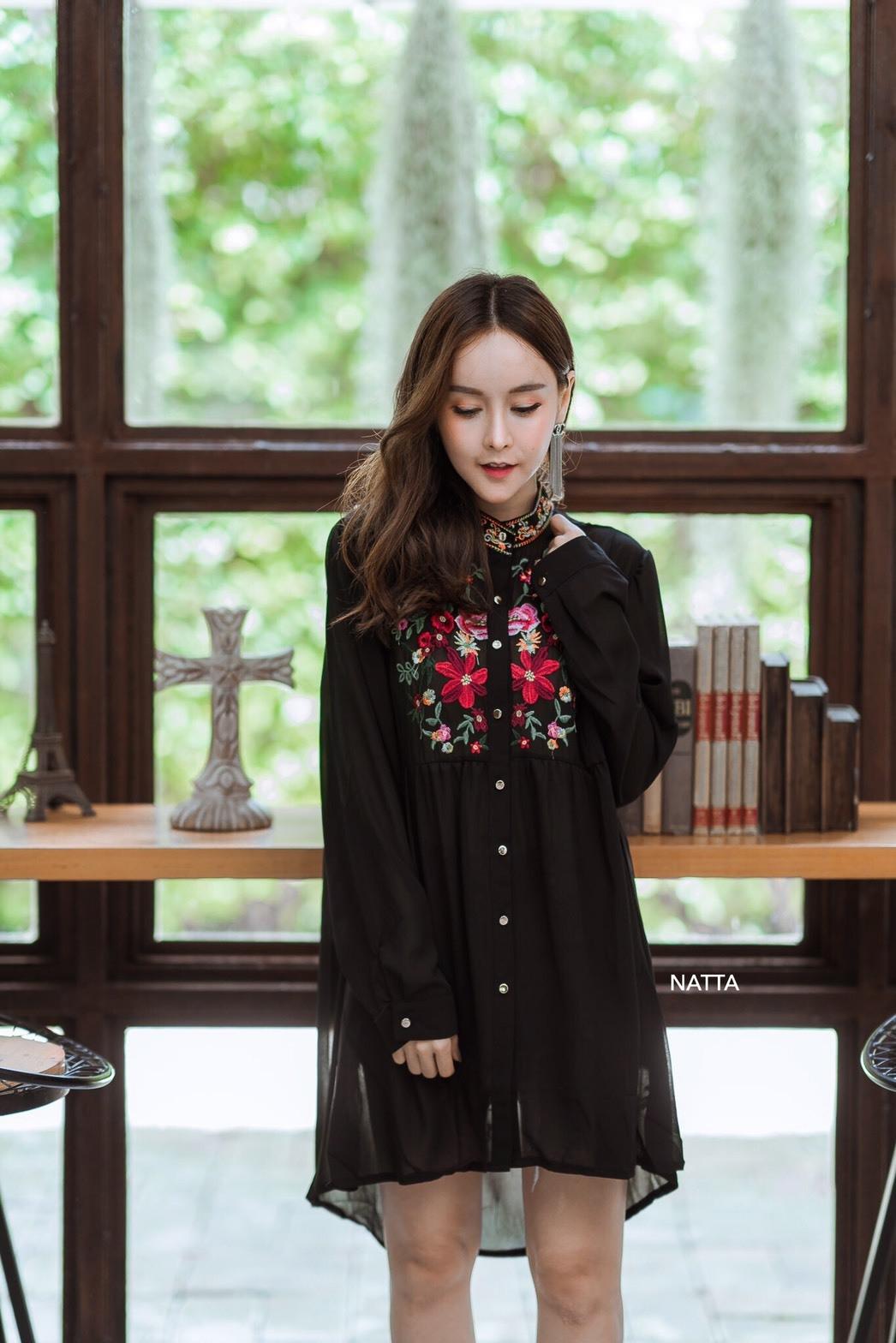 เสื้อเกาหลี พร้อมส่ง เสื้อคอปีน งานปักดอกไม้