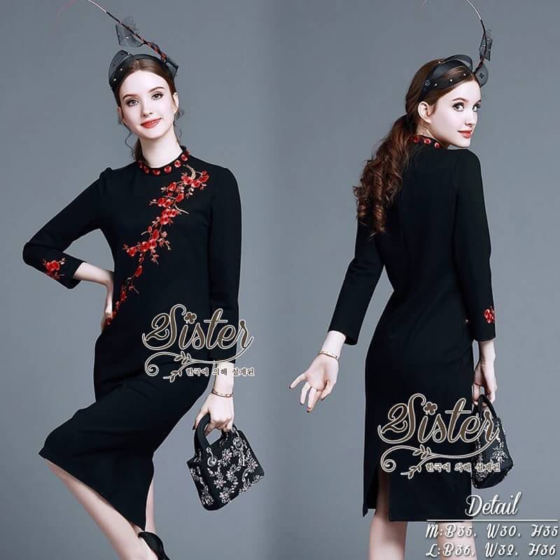 2Sister Made, Dark Secrets Dress of the Red Autumn Leaf เดรสสีดำสวยโดดเด่นด้วยการแต่งเย็บปักลายดอกไม้สีแดงสวย เนื้อผ้าpolyester+spandexเนื้อหนา งานมีซับในอย่างดีนะคะ ดีเทลแขนยาว คอจีน แพทเทิร์นเข้ารูป เนื้อผ้ามีน้ำหนักใส่เป็นทรงสวยค่ะ งานป้าย2Sister สินค้
