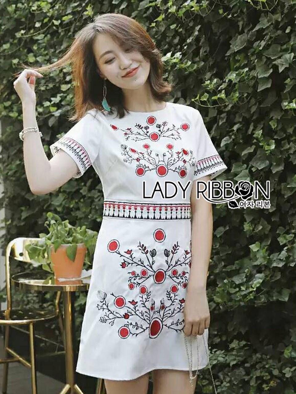 เดรสผ้าเครปสีขาวปักลายดอกไม้ลายจุดสีแดง ลุคนี้เป็นแบบน่ารักๆ ใส่ง่ายๆ ทรงเรียบง่าย ป้าย Lady Ribbon นะคะ