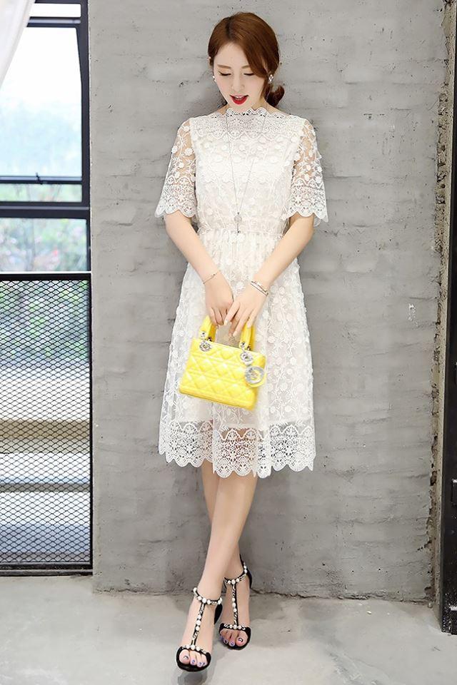 ชุดเดรสลูกไม้ ผ้าถักลายดอกไม้เล็กๆ สีขาว คอเสื้อทรงไหล่ป้านสูง