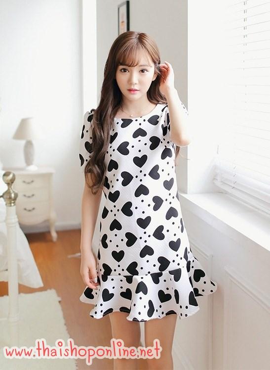 ชุดเดรสสั้น แฟชั่นเกาหลี ผ้าคอตตอนผสมสีขาว มีลายเส้นในตัว ลายหัวใจสีดำ ซิบด้านหลัง ทรงตรง พร้อมส่ง
