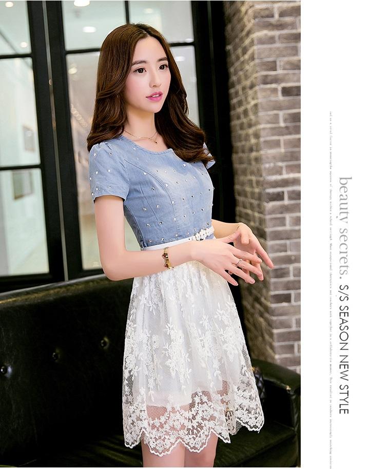 ชุดเดรสสั้น ตัวเสื้อผ้ายีนส์ สีซีด แต่งด้วยคริสตรัลใสที่เสื้อทั้งตัว