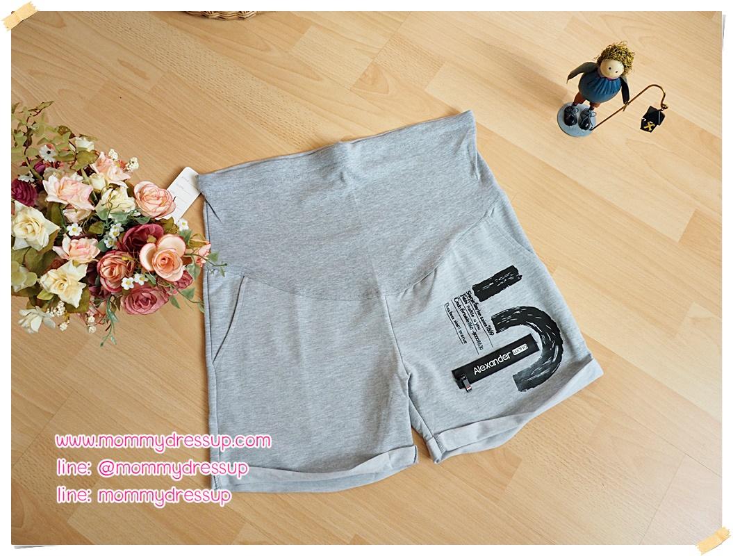 กางเกงขาสั้น สีเทาอ่อน สกรีนลายเลขห้าข้างซ้าย มีกระเป๋าสองข้าง มีซิปหลอกเก๋ๆ เอวปรับระดับได้ ใส่สบายมากๆค่ะ