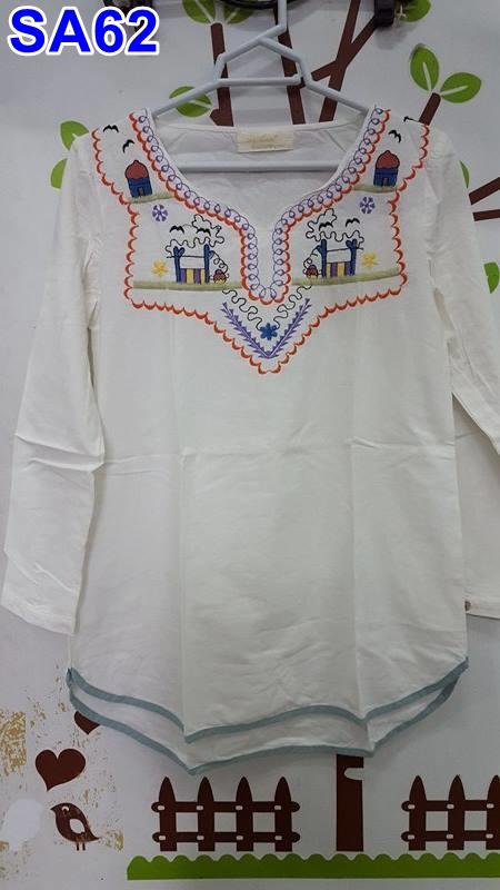 เสื้อคลุมท้องแฟชั่น ผ้าฝ้านสีขาวคอวีแขนยาว ปักลวดลายทีอก เป็นชุดน่ารักใส่สบายจร้า