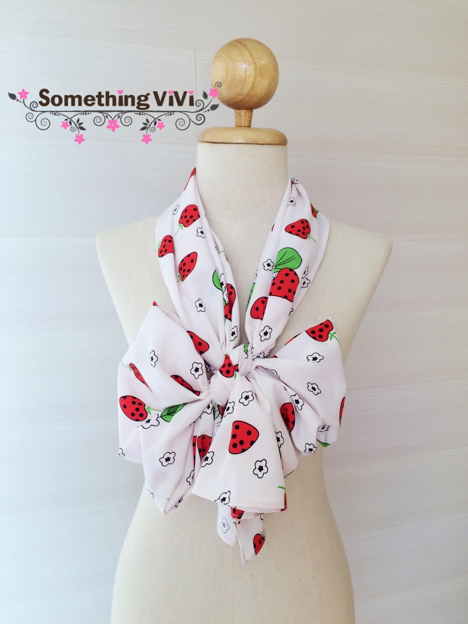 ผ้าพันคอ/ผ้าคลุมไหล่/ผ้าคลุมให้นม รุ่น Strawberry A Pois (Size S) สีตามภาพ ผ้าพันคอสีขาวตัดกับลาย Strawberry อย่างลงตัว มุ้งมิ้งน่ารักไปอีกแบบ สลับกับลายดอกไม้ประปรายทั่วผืนผ้า ลายน่ารักสดใสขนาดนี้อย่าพลาดนะคะ พร้อมกล่อง/ซองแพคเกจอย่างดี ของขวัญ/ของฝาก